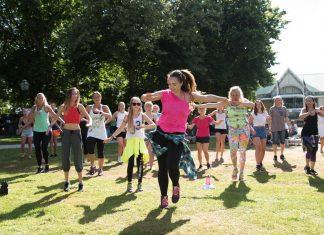 Dans är ett givet inslag på Hallifornia festivalen. Här är en bild från Societetsparken