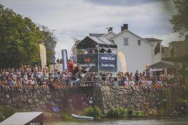 En wakeboard åkare med god höjd under tävlingen King and Queen of the castle