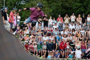 En skejtare som droppar in under tävlingen Varberg Ramp Jam