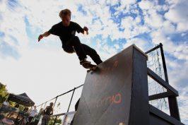 En skejtare på en hög rock'n'roll under Varberg Ramp Jam