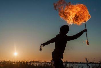 En eldsprutare i solnedgången på Surfers Corner