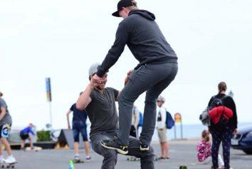 Två besökare utövar en imponerande acroyoga på en hamboard
